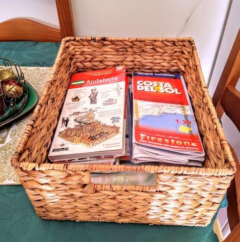 Una cesta llena de información turística sobre la zona. Hay mapas, libro y todos los folletos sobre las excursiones. Además hay los números de teléfono de interes
