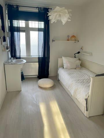 Uitschuifbaar bed in de tweede slaapkamer (met wastafel)