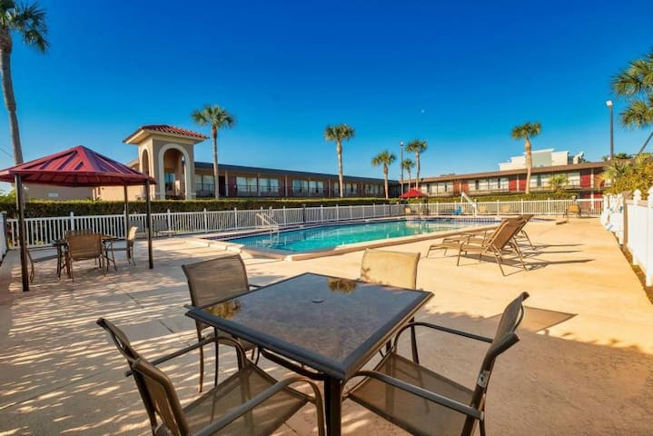 POOL OPEN! Comfy Unit for 4! Parking, Breakfast!
