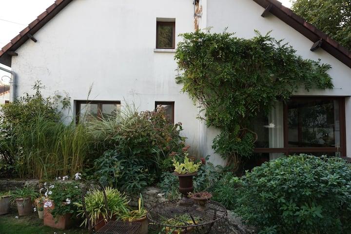 Une maison dans la verdure