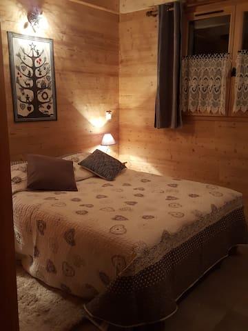chambre du bas avec 1  lit double
