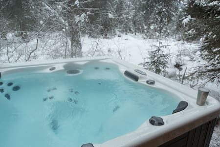 Quiet Forest Cabin ·  Creekside Hot Tub!