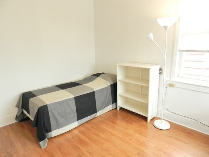 Cozy private room near Roosevelt Av - Jackson Hts