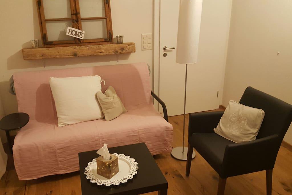 Ausziehbares Schlafsofa für kleine Gäste. Die Tür führt in unser Haus und ist abgeschlossen