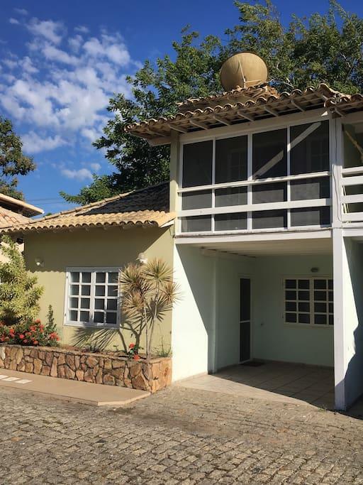 Casa com varanda no primeiro andar
