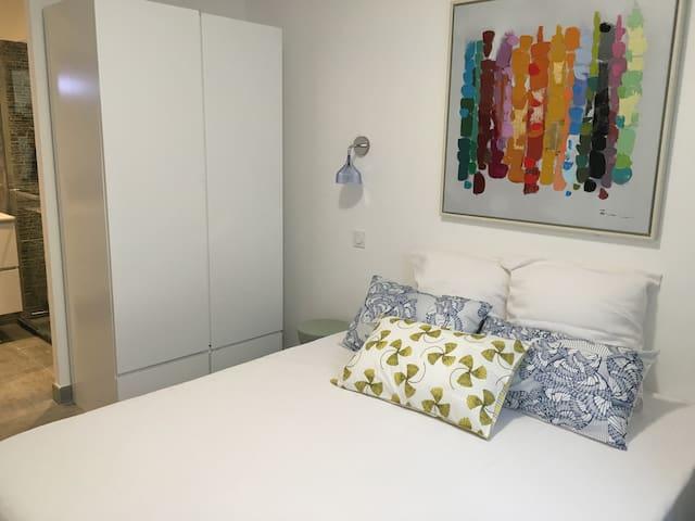 L'espace chambre se présente comme une suite parentale. Séparée de l'espace jour, vous aurez accès direct à la salle de bain attenante.