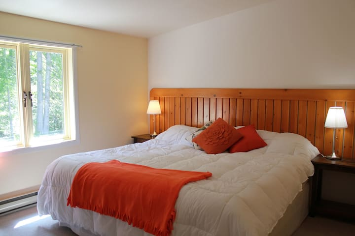 Tara Shanti Bed & Breakfast - Orange Room - Kootenay Bay - Bed & Breakfast