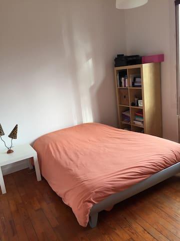 Grande chambre + garage privé - Pessac - House