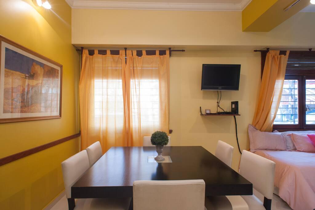 Mesa para 6 huéspedes + TV con cable
