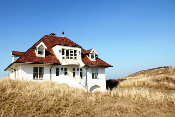 Luxurious holiday home with billiards table and sauna, atop the dunes in De Koog