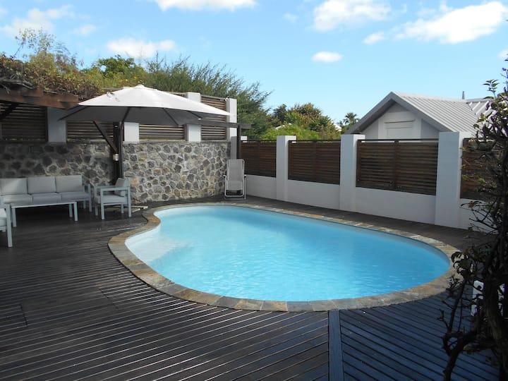 Villa T5 de 125m2 avec piscine et jardin.