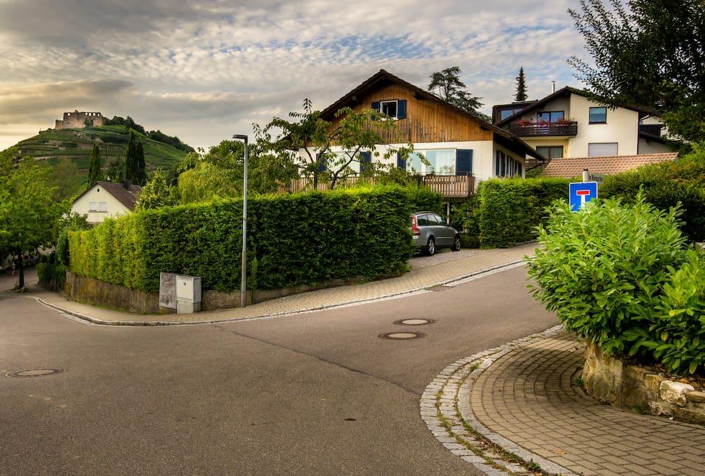 The house with the apartment. Das Haus mit der Wohnung.