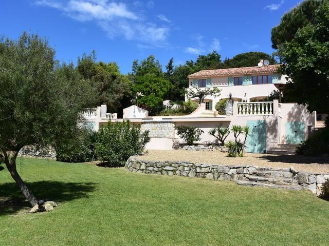 Beautiful Provencal Villa sleeps 12 close to beach