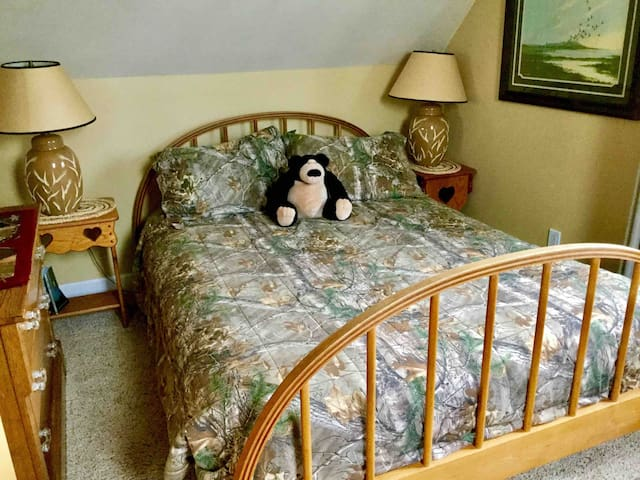 Eagles Nest upstairs DUCK ROOM  bedroom has queen size bed and queen size futon .Lots of duck and camo decor