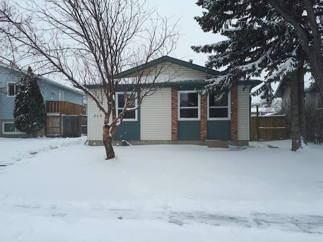 Cozy home with private room  20 min to YYC Airport