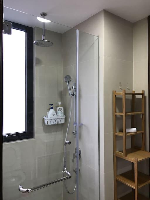 Shower area + rain shower