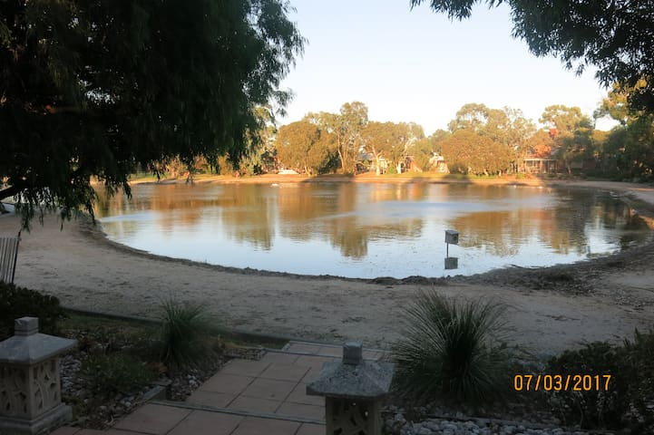 Lake view with spa and internet access. - Patterson Lakes - Huis