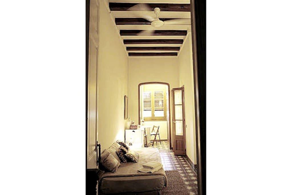 Habitación tranquila con vistas al jardín y un jacuzzi muy kitch en baño de mármol rosa de Italia.