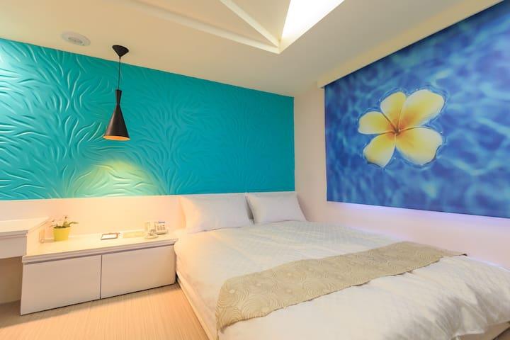 輕旅店(R8三多商圈站) 南洋風雙人房