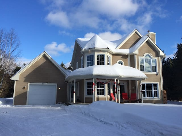 Family Guest House, up to 9 Guests, 4 bedrooms, Super clean, Comfortable high quality bed, Quiet neighbourhood,  Fully Equipped, Close to downtown and both ski station, Close to lake and swimming pool, Close to bike and Cross Country Ski Trail