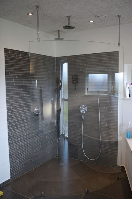 Dobbelshowe in master bathroom