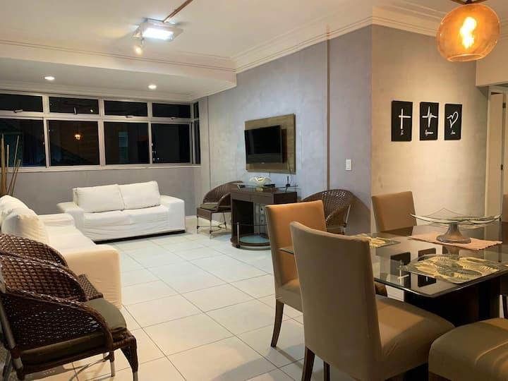 Apartamento grande, confortável, e bem localizado.