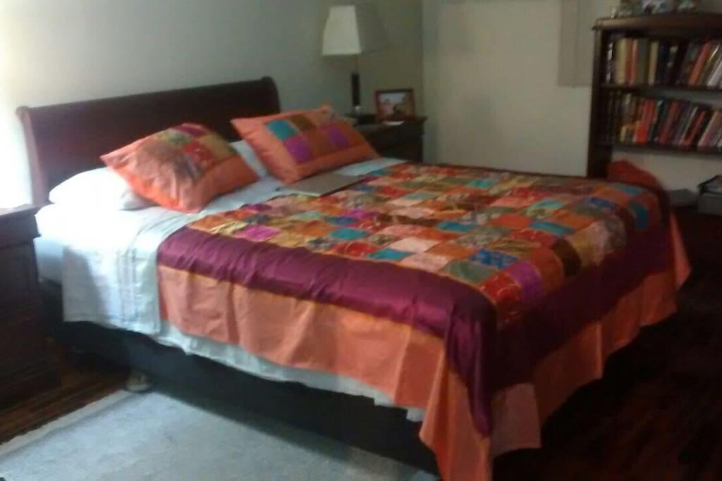 Cama de 2 plazas o se puede colocar dos camas twin!