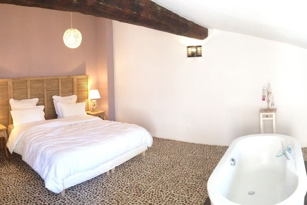 Outre la salle d'eau, une baignoire en îlot central dans la chambre