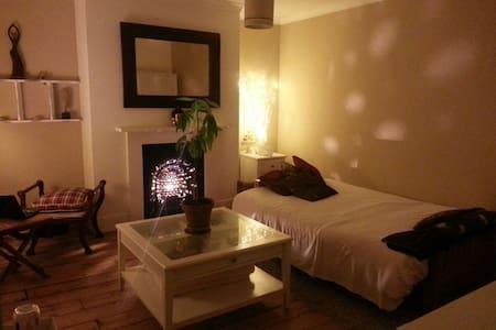 Zen large private room,5 min walk to South Croydon - Croydon - Pis