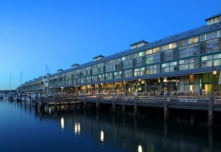 Finger Wharf with water views - Woolloomooloo - Lägenhet