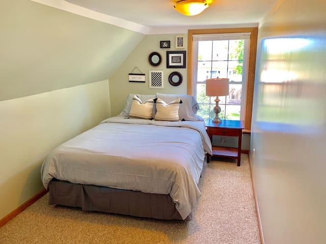 Updated 3rd floor Queen Room near Downtown [5d]