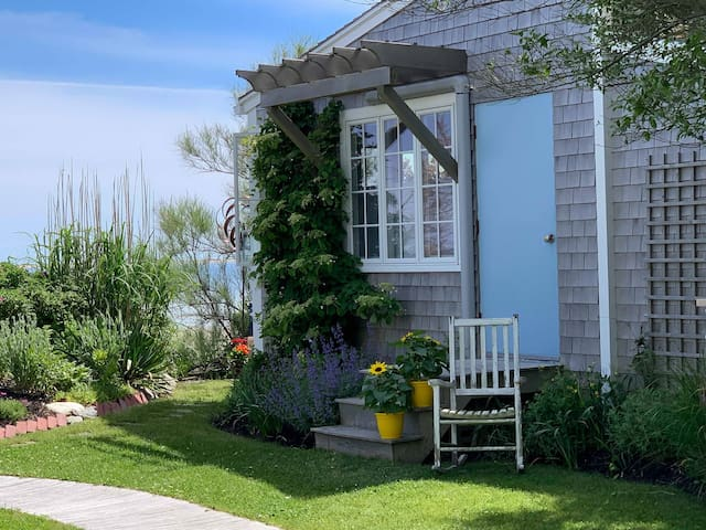 Quaint, east-end waterfront cottage with views!