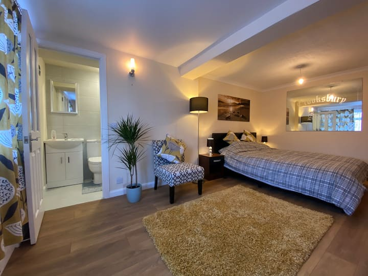Annexe: Self Contained, Own Entrance-High Wycombe