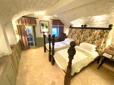 450 year old vaulted garden rooms - romantic suite
