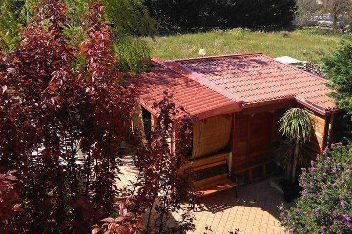 bungalow con piccolo giardino