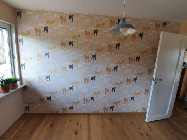 Gästrum 1. Här kommer en enkelsäng och en 120cm säng att finnas. (Används som barnrum när vi själva bor här)