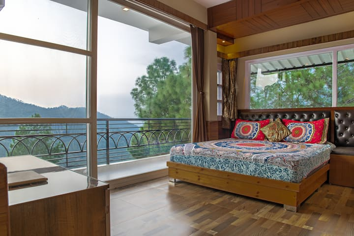 Jungle Edge|2 B/Room suite/Pvt. Balcony|kitchenete
