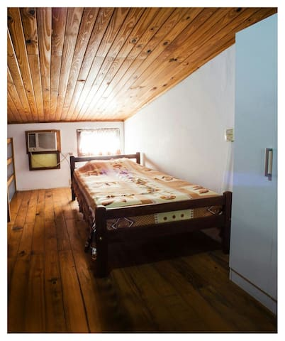 Habitación con 1 cama matrimonial y 2 camas de 1 plaza con A/A.