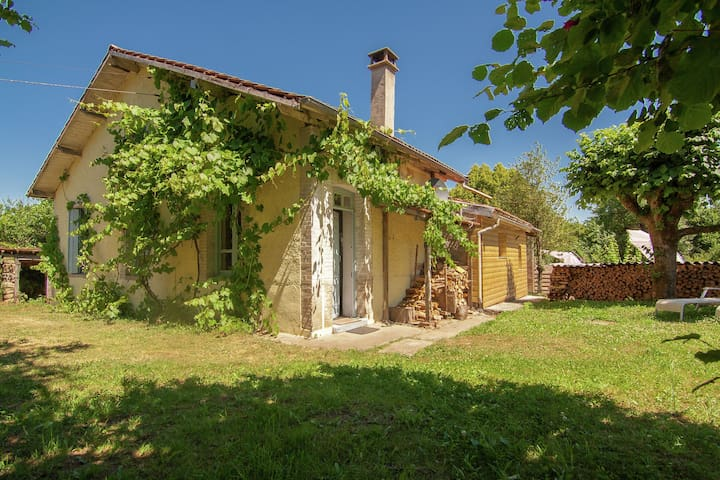 Spacious cottage with shady garden, private entrance and parking.