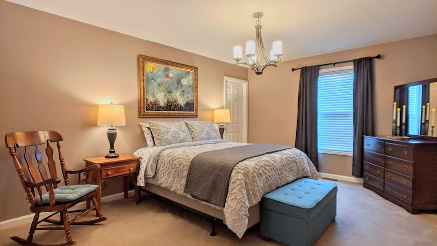 Primary bedroom with queen bed & en suite bathroom.