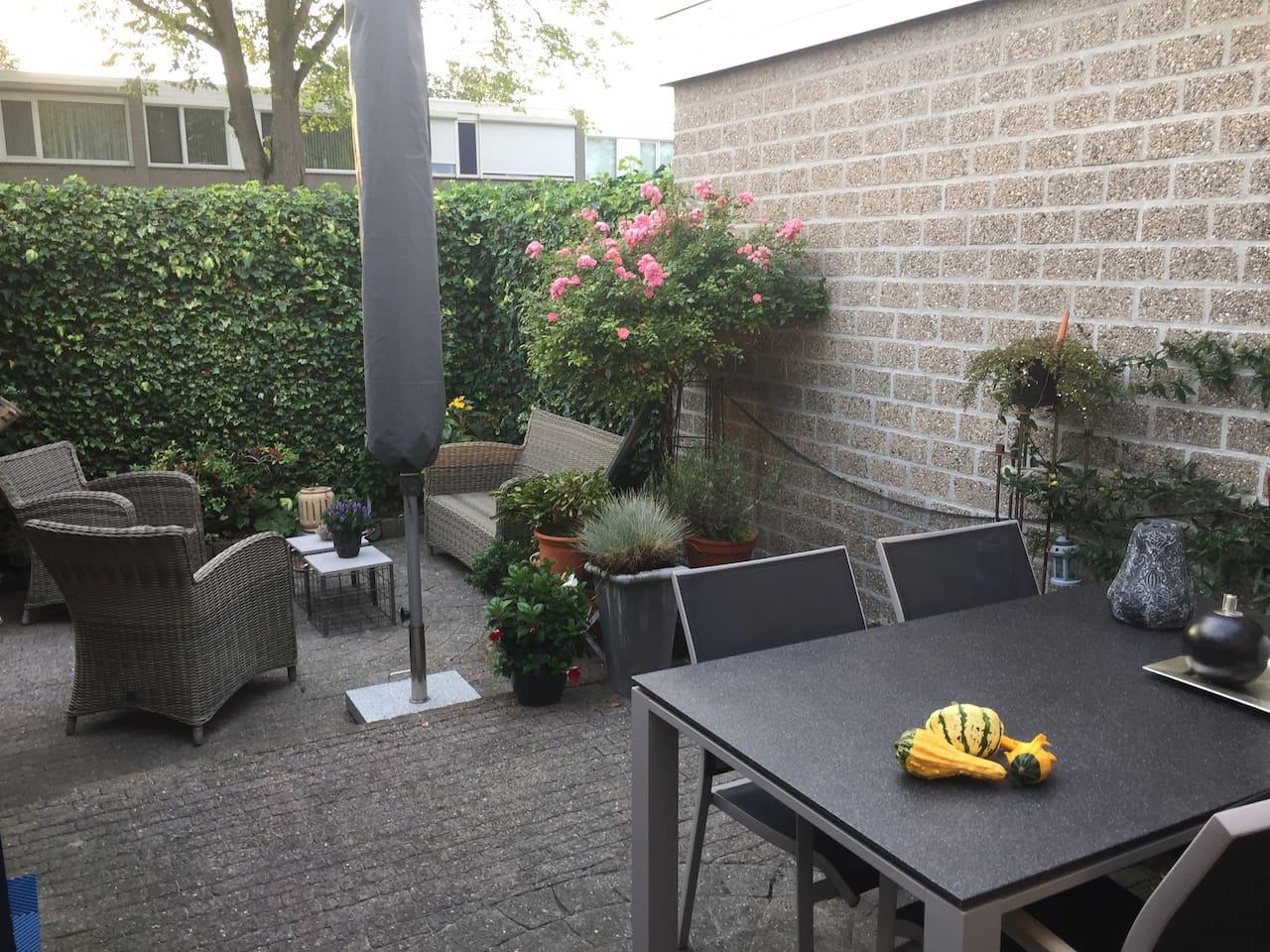 U kunt gebruik maken van ons mooie terras, achter het huis. Windstil en heerlijk zonnig. Ook kunt u uw fietsten plaatsen in de schuur, grenzend aan terras.
