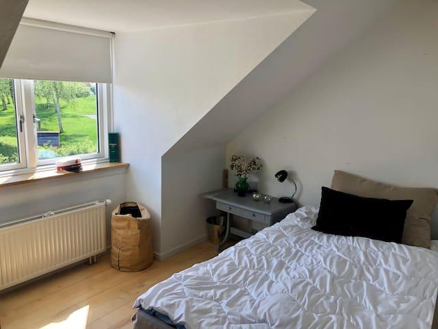 Åbent værelse delt med skabe. Seng 120 x 200 cm   Open bedroom with bed 120 x 200 cm