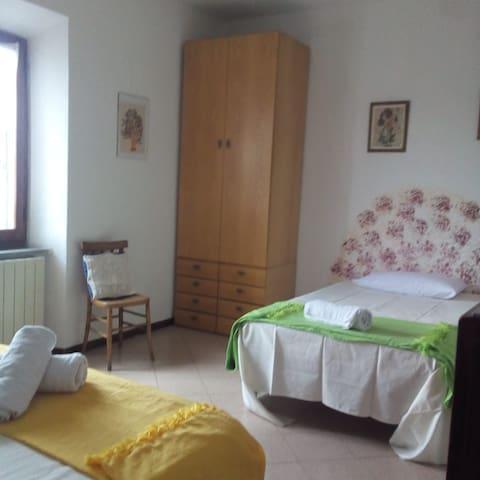 Camera giallo verde matrimoniale e singolo