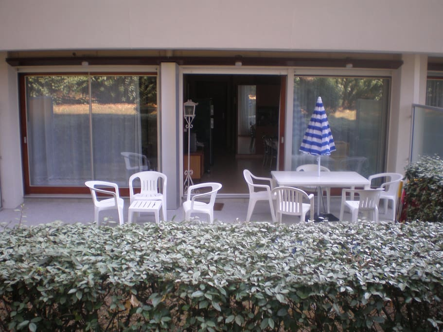 Terrasse (avec salon) sur jardinet et forêt de pins