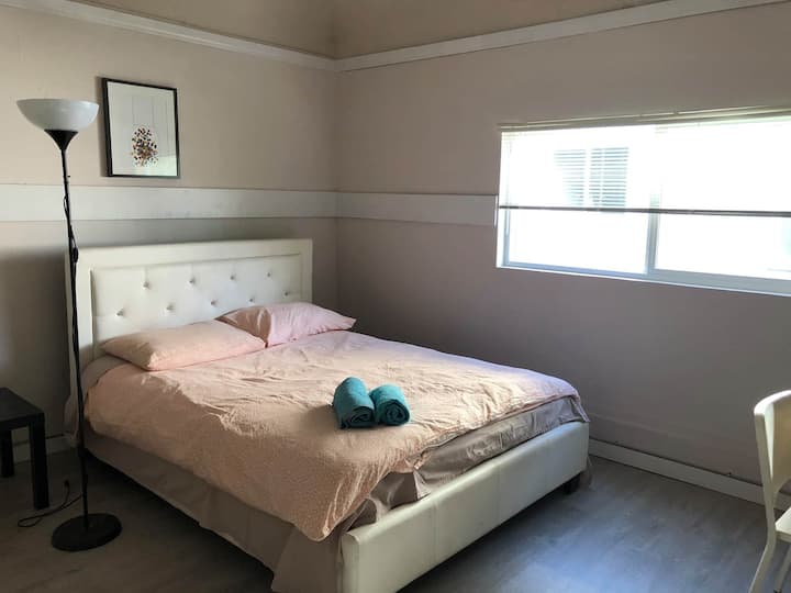 12-4 Bright room Central Vancouver near skytrain