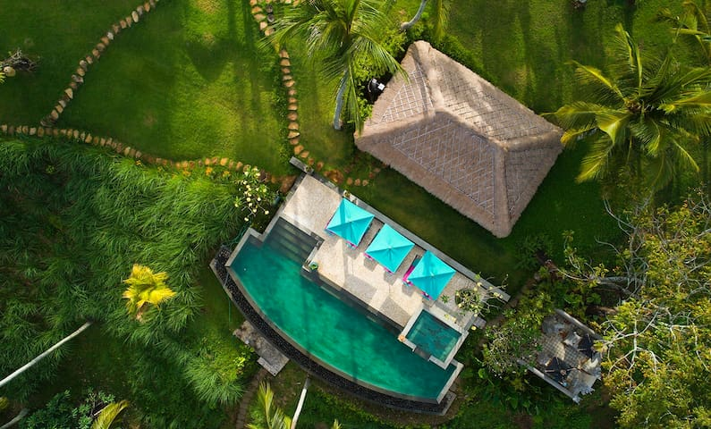 5 bedrooms luxury retreat near beach