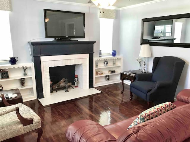 Adorable Home!!! 5 min.to Downtown, quiet/safe.