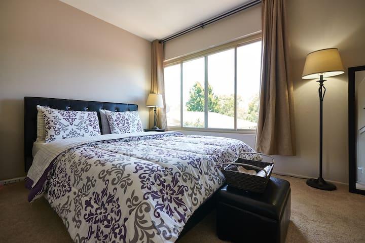 Cozy, Quiet private room/bath with parking !! - Santa Barbara