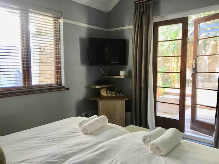 Newly renovated, central BnB in Green Point (R4)
