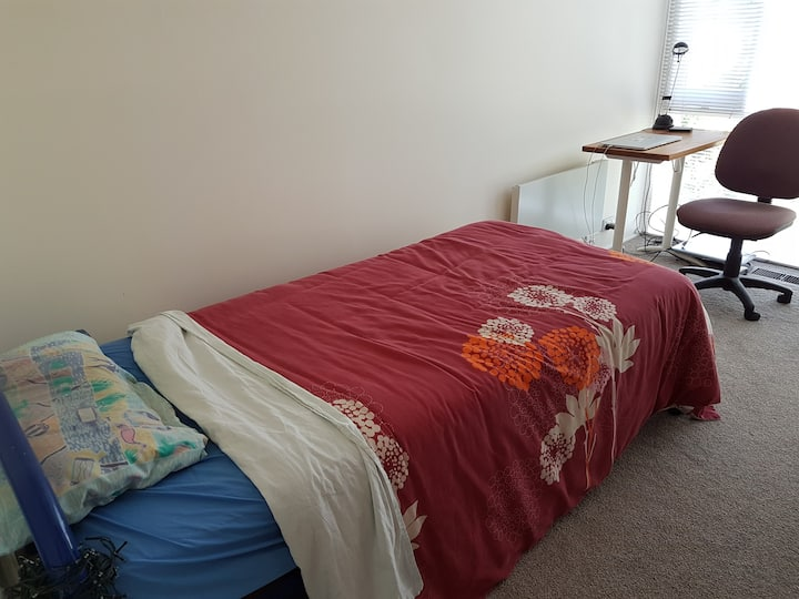 Quiet warm and comfortable single room, Sandy Bay.
